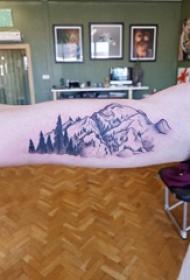 双大臂纹身 男生大臂上树和山脉纹身图片