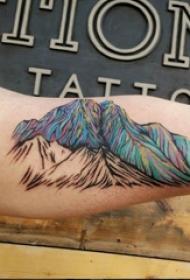 双大臂纹身 男生大臂上彩色的山脉纹身图片