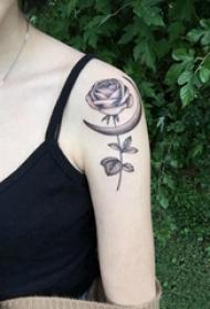 纹身 小玫瑰 女生手臂上玫瑰小清新纹身图片