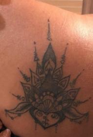 双大臂纹身 男生大臂上黑色的梵花纹身图片
