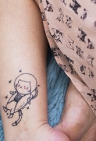 纹身卡通 女生小腿上黑色的卡通猫咪纹身图片