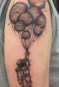 几何元素纹身 男生大臂上气球和宇航员纹身图片