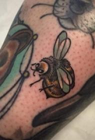 小動物紋身 男生小腿上彩色的小蜜蜂紋身圖片