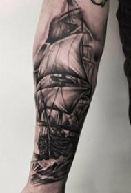 纹身点刺技巧 男生手臂上黑色的帆船纹身图片