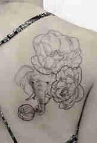 纹身黑色 女生后背上花朵和大象纹身图片