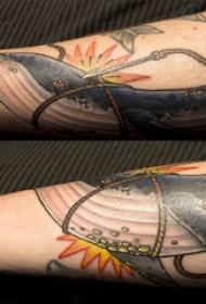 手臂纹身素材 情侣手臂上彩色的鲸鱼纹身图片