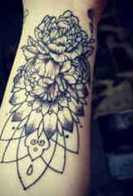 植物紋身 男生手臂上黑色的牡丹紋身圖片