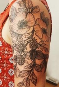极简线条纹身 男生大臂上黑色的植物纹身图片