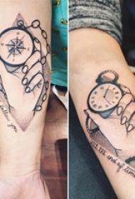手臂纹身素材 男生手臂上手部和指南针纹身图片