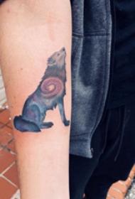 手臂纹身素材 男内行臂上宇宙和狼纹身图片