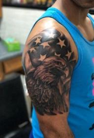 大臂纹身图 男生大臂上国旗和老鹰纹身图片