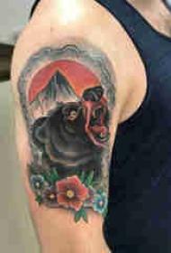双大臂纹身 男生大臂上花朵和熊纹身图片