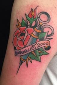 双大臂纹身 男生大臂上英文和花朵纹身图片