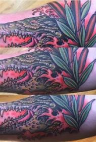 手臂纹身素材 男生手臂上植物和鳄鱼纹身图片