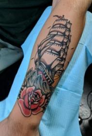 手臂纹身素材 男生手臂上玫瑰和帆船纹身图片