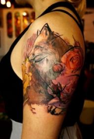 双大臂纹身 女生大臂上花朵和狐狸纹身图片