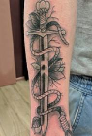 手臂纹身素材 男内行臂上植物和剑纹身图片