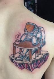 宇航员纹身图案 女生背部宇航员纹身图片