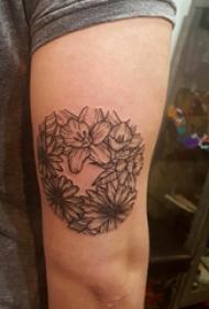 大臂纹身图 男生大臂上黑色的植物花朵纹身图片