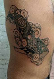 侧腰纹身男 男生侧腰上黑色的鲸鱼纹身图片