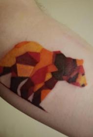 双大臂纹身 男生大臂上彩色的几何熊纹身图片