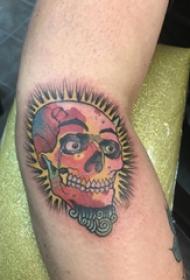 彩绘纹身 男生手臂上彩色的骷髅纹身图片