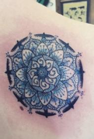 后肩纹身 女生后肩上彩色的花朵纹身图片