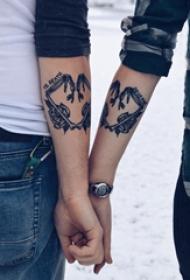 手臂纹身素材 情侣手臂上花朵和心形纹身图片
