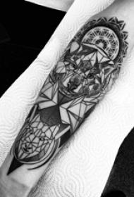 几何狼纹身图案 男生手臂上黑色的狼纹身图片