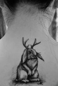 可爱颈部黑白纹身