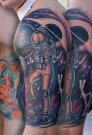 大臂纹身图 男生大臂上宇宙和宇航员纹身图片
