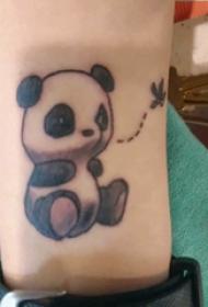 手臂紋身素材 男生手臂上黑色的熊貓紋身圖片