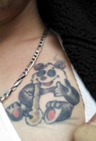 纹身卡通 男生锁骨上彩色的熊猫纹身图片
