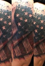 双大臂纹身 男生大臂上彩色的国旗纹身图片
