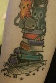 纹身书籍 男生手臂上猫咪和书籍纹身图片