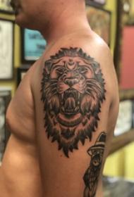 双大臂纹身 男生大臂上黑色的狮子纹身图片