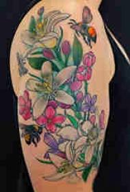 植物纹身 女生大臂上彩绘的花朵纹身图片