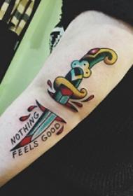 手臂纹身图片 男生手臂上英文和匕首纹身图片