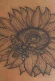 花朵紋身 男生小腿上蜜蜂和向日葵紋身圖片
