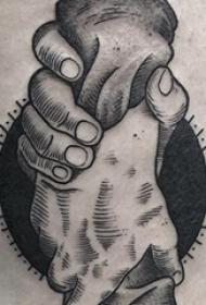 纹身大腿男 男生大腿上紧握的手部纹身图片