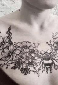 纹身锁骨女 女生锁骨上蜜蜂和花朵纹身图片