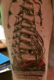纹身大腿男 男生大腿上彩绘的帆船纹身图片