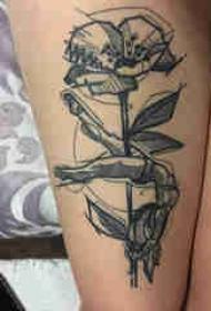 植物纹身 女生大腿上花朵和人物纹身图片