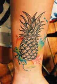 植物纹身 男生手臂上彩色的菠萝纹身图片