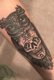 手臂纹身素材 男生手臂上骷髅和猫头鹰纹身图片