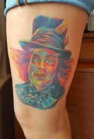 关于纹身的电影 女生大腿上彩色的人物纹身图片