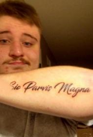 花体英文纹身 男生手臂上黑色的花体英文纹身图片