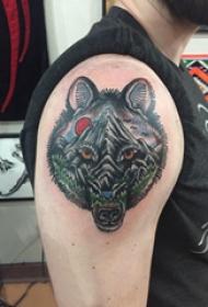 大臂纹身图 男生大臂上风景和熊纹身图片