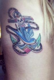 側腰紋身圖 女生側腰上小鳥和船錨紋身圖片