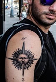 双大臂纹身 男生大臂上指南针纹身图片